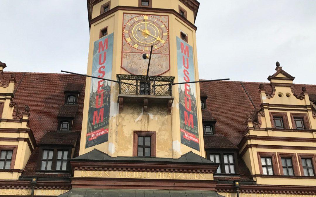 Verdeckt den Turm des Alten Rathauses nicht mit Werbung